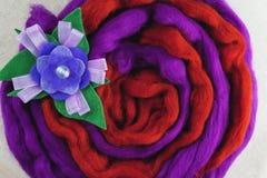 Κόκκινο και πορφυρό μαλλί, λουλούδι φιαγμένο από μαλλί Στοκ Εικόνες