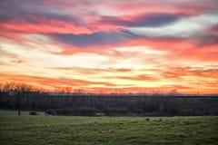 Κόκκινο και πορφυρό τοπίο ηλιοβασιλέματος ουρανού στοκ φωτογραφία με δικαίωμα ελεύθερης χρήσης