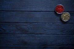 Κόκκινο και πράσινο πιπέρι στα κύπελλα γυαλιού Πικάντικο συστατικό για καυτό εγώ Στοκ εικόνα με δικαίωμα ελεύθερης χρήσης