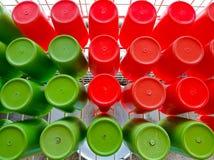Κόκκινο και πράσινο πλαστικό φλυτζάνι Στοκ Εικόνα