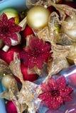 Κόκκινο και χρυσό ντεκόρ για τα Χριστούγεννα τρία υπόβαθρο σύστασης Στοκ φωτογραφία με δικαίωμα ελεύθερης χρήσης