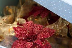 Κόκκινο και χρυσό ντεκόρ για τα Χριστούγεννα τρία υπόβαθρο σύστασης Στοκ εικόνα με δικαίωμα ελεύθερης χρήσης