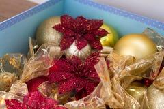Κόκκινο και χρυσό ντεκόρ για τα Χριστούγεννα τρία υπόβαθρο σύστασης Στοκ εικόνες με δικαίωμα ελεύθερης χρήσης