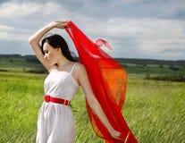 κόκκινο καλοκαίρι κοριτσιών υφάσματος ημέρας brunette Στοκ εικόνα με δικαίωμα ελεύθερης χρήσης