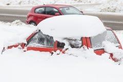 Κόκκινο καλυμμένο αυτοκίνητο χιόνι Στοκ Φωτογραφία