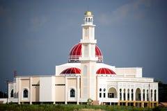 Κόκκινο καλυμμένο δια θόλου μουσουλμανικό τέμενος Στοκ Φωτογραφία