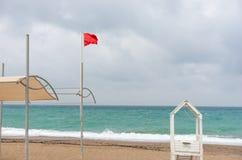 Κόκκινο καμία κολυμπώντας σημαία και lifeguard καλύβα στοκ φωτογραφία με δικαίωμα ελεύθερης χρήσης