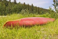 Κόκκινο κανό στη χλόη Στοκ φωτογραφίες με δικαίωμα ελεύθερης χρήσης