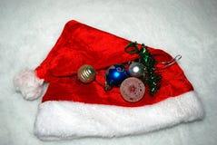 Κόκκινο καπέλο με ένα παιχνίδι Χριστουγέννων Στοκ Εικόνα