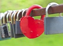 Κόκκινο καρδιά-διαμορφωμένο κλείδωμα Στοκ εικόνα με δικαίωμα ελεύθερης χρήσης