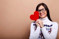 κόκκινο καρδιών κοριτσιών Στοκ φωτογραφία με δικαίωμα ελεύθερης χρήσης