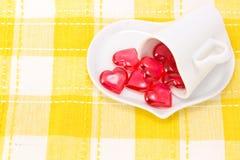 κόκκινο καρδιών φλυτζανιών καφέ που διαμορφώνεται Στοκ φωτογραφία με δικαίωμα ελεύθερης χρήσης