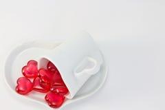 κόκκινο καρδιών φλυτζανιών καφέ που διαμορφώνεται Στοκ φωτογραφίες με δικαίωμα ελεύθερης χρήσης