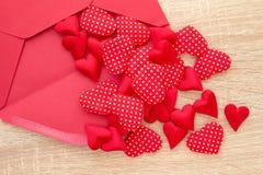 κόκκινο καρδιών φακέλων Στοκ Εικόνα