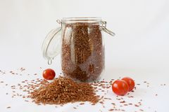 Κόκκινο καφετί ρύζι, ντομάτες κερασιών, άσπρο υπόβαθρο Στοκ εικόνα με δικαίωμα ελεύθερης χρήσης
