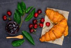 Κόκκινο κεράσι με τη μαρμελάδα και Croissant Στοκ εικόνα με δικαίωμα ελεύθερης χρήσης