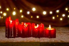 Κόκκινο κερί Χριστουγέννων τέσσερα για την εμφάνιση και το φως Στοκ φωτογραφία με δικαίωμα ελεύθερης χρήσης