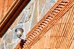 κόκκινο κεραμίδι στο λαμπτήρα οδών σύστασης του Μαρόκου Αφρική Στοκ Φωτογραφία