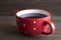 Κόκκινο κεραμικό φλιτζάνι του καφέ με τα σημεία Πόλκα Στοκ φωτογραφία με δικαίωμα ελεύθερης χρήσης