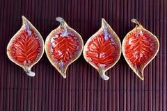 Κόκκινο κεραμικό φλυτζάνι μορφής φύλλων Στοκ Εικόνες