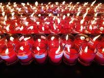 κόκκινο κεριών καψίματος Ελαφρύ υπόβαθρο κεριών Φλόγα κεριών τη νύχτα Στοκ φωτογραφία με δικαίωμα ελεύθερης χρήσης