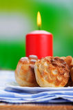 κόκκινο κεριών καψίματος cupcakes Στοκ Εικόνες