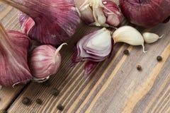 κόκκινο κεφάλι του σκόρδου, του κρεμμυδιού και των καρυκευμάτων Στοκ Εικόνες