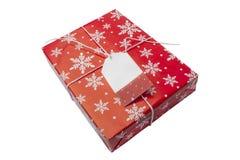 Κόκκινο κιβώτιο δώρων με την κενή κάρτα για το κείμενο στο άσπρο υπόβαθρο Στοκ Εικόνες