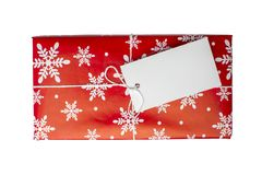 Κόκκινο κιβώτιο δώρων με την κενή κάρτα για το κείμενο στο άσπρο υπόβαθρο Στοκ Φωτογραφίες