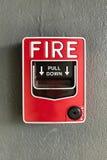 κόκκινο κιβώτιο συναγερμών πυρκαγιάς στο συμπαγή τοίχο Στοκ εικόνα με δικαίωμα ελεύθερης χρήσης