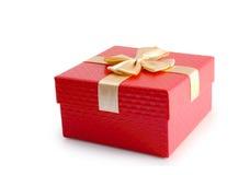 Κόκκινο κιβώτιο δώρων και χρυσή απομονωμένη κορδέλλα πορεία ψαλιδίσματος Στοκ Εικόνες