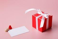 Κόκκινο κιβώτιο δώρων με το σφιγκτήρα τόξων, καρτών πίστωσης/επίσκεψης πρότυπο και με την καρδιά Στοκ εικόνες με δικαίωμα ελεύθερης χρήσης