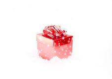 Κόκκινο κιβώτιο δώρων με το χιόνι Στοκ Εικόνες