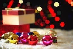 Κόκκινο κιβώτιο δώρων Χριστουγέννων και bokeh στο υπόβαθρο Στοκ φωτογραφία με δικαίωμα ελεύθερης χρήσης