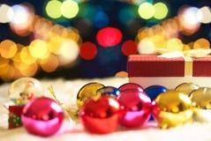 Κόκκινο κιβώτιο δώρων Χριστουγέννων και bokeh στο υπόβαθρο Στοκ φωτογραφίες με δικαίωμα ελεύθερης χρήσης
