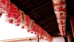 Κόκκινο κινεζικό φανάρι εγγράφου που ταλαντεύεται στον αέρα Διακοσμήσεις στον κινεζικό νέο εορτασμό έτους φιλμ μικρού μήκους