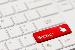 Κόκκινο κλειδί με το στήριγμα κειμένων και εικονίδιο δάχτυλων αφής στο άσπρο πληκτρολόγιο lap-top Στοκ φωτογραφία με δικαίωμα ελεύθερης χρήσης