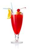 Κόκκινο κοκτέιλ αλκοόλης με την πορτοκαλιές φέτα και την ομπρέλα   Στοκ φωτογραφία με δικαίωμα ελεύθερης χρήσης