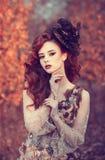 Κόκκινο κορίτσι τρίχας το φθινόπωρο Στοκ εικόνα με δικαίωμα ελεύθερης χρήσης