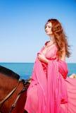 κόκκινο κοριτσιών φορεμά&tau Στοκ φωτογραφίες με δικαίωμα ελεύθερης χρήσης
