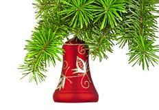 Κόκκινο κουδούνι Χριστουγέννων στο νέο δέντρο έτους Στοκ Φωτογραφίες