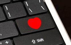 Κόκκινο κουμπί καρδιών στο πληκτρολόγιο υπολογιστών Διαδίκτυο που χρονολογεί την έννοια Στοκ εικόνες με δικαίωμα ελεύθερης χρήσης