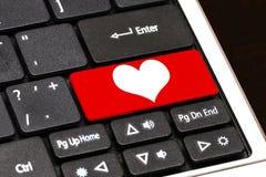 Κόκκινο κουμπί καρδιών στο πληκτρολόγιο υπολογιστών Διαδίκτυο που χρονολογεί την έννοια Στοκ εικόνα με δικαίωμα ελεύθερης χρήσης