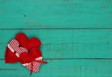 Κόκκινο κολάζ καρδιών στο παλαιό μπλε ξύλινο υπόβαθρο κιρκιριών Στοκ φωτογραφία με δικαίωμα ελεύθερης χρήσης