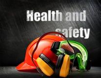 Κόκκινο κράνος με τα ακουστικά και τα προστατευτικά δίοπτρα Στοκ εικόνες με δικαίωμα ελεύθερης χρήσης