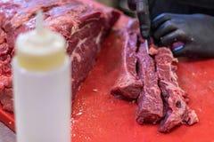 Κόκκινο κρέας, τεμαχίζοντας, κόβοντας, και ασφάλιστρο διακόσμησης με σειρήτι, φρέσκος, ιταλικός και ευρωπαϊκός γαστρονομικός χασά στοκ εικόνες