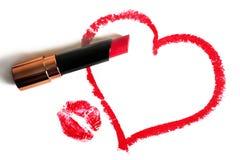 Κόκκινο κραγιόν, χρωματισμένες καρδιά και σφραγίδα των χειλιών σε ένα άσπρο υπόβαθρο Στοκ φωτογραφία με δικαίωμα ελεύθερης χρήσης