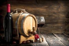 κόκκινο κρασί γυαλιού ανασκόπησης Ένα βαρέλι με το κόκκινο κρασί και πρόσφατα τα σταφύλια Στοκ φωτογραφίες με δικαίωμα ελεύθερης χρήσης