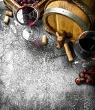 κόκκινο κρασί γυαλιού ανασκόπησης Ένα βαρέλι με το κόκκινο κρασί και τα φρέσκα σταφύλια Στοκ εικόνες με δικαίωμα ελεύθερης χρήσης