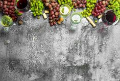 κόκκινο κρασί γυαλιού ανασκόπησης Κόκκινο και άσπρο κρασί από τα φρέσκα σταφύλια Στοκ Φωτογραφία